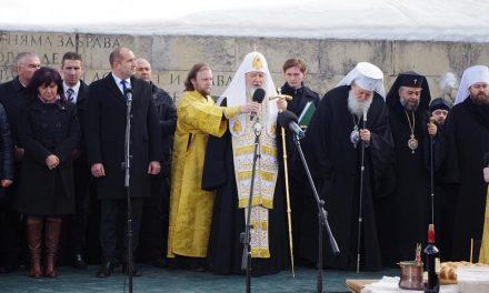 Българският патриарх Неофит и руският патриарх Кирил отслужиха заупокойна молитва за героите на Шипченската епопея на връх Шипка.