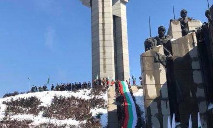"""Свещеници от Старозагорска епария отслужиха водосвет и осветиха 300-метровия национален флаг, след което тръгна паметното шествие под наслов """"За Свободата… Да развеем българското знаме!"""". Стотици старозагорци съпроводиха трибагреника до Мемориалния комплекс """"Бранителите на Стара Загора"""", където честванията завършиха с тържествен ритуал за поднасяне на венци и цветя, под наслов """"Пред падналите за България – поклон!""""."""
