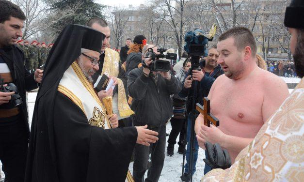 27-годишният Калоян Лазов хвана Богоявленския кръст в Стара Загора