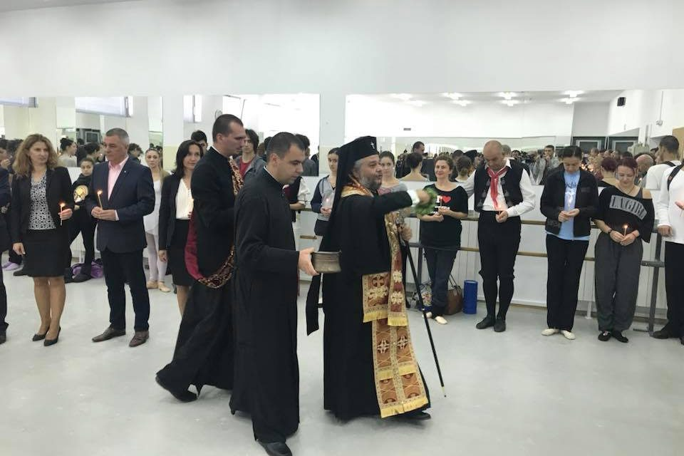 В празничния 5-ти октомври Митрополит Киприан освети новата балетна зала на Държавна опера, гр. Стара Загора.