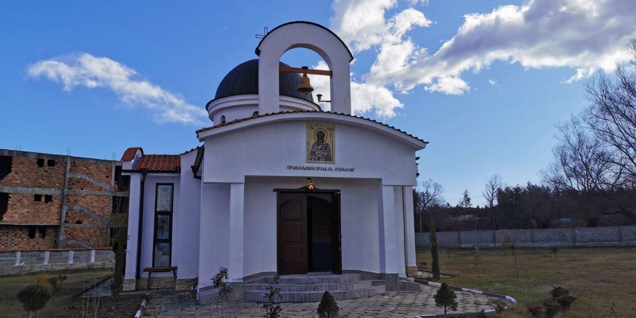 """Освещават църквата """"Св. Атанасий"""" в с. Виден"""